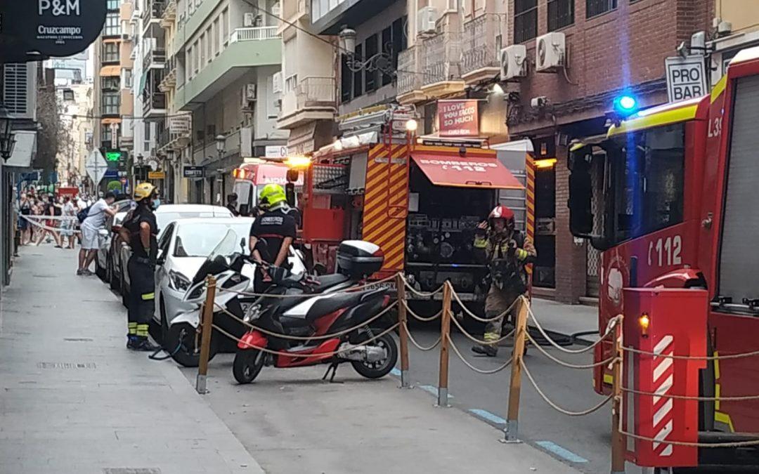 Los bomberos extinguen un incendio en un bar del centro
