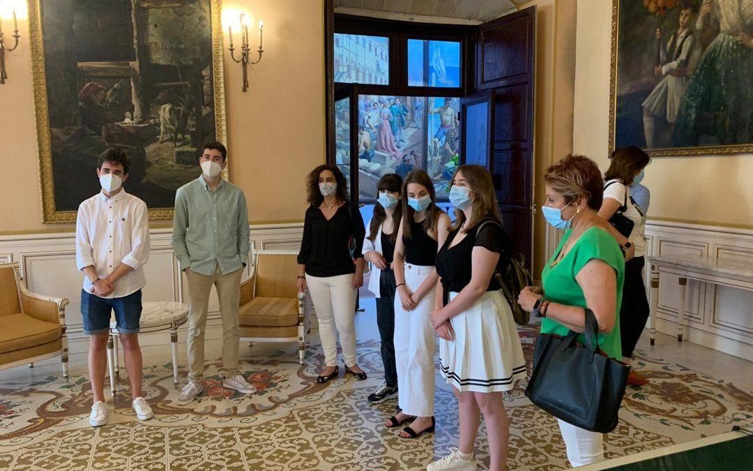 Los alumnos de Santa Teresa entrevistan a Conejero para sus trabajos de igualdad