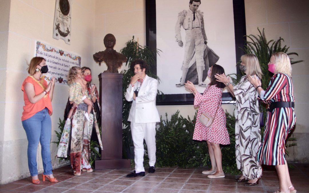 Morante dona al Ayuntamiento un busto de Manzanares