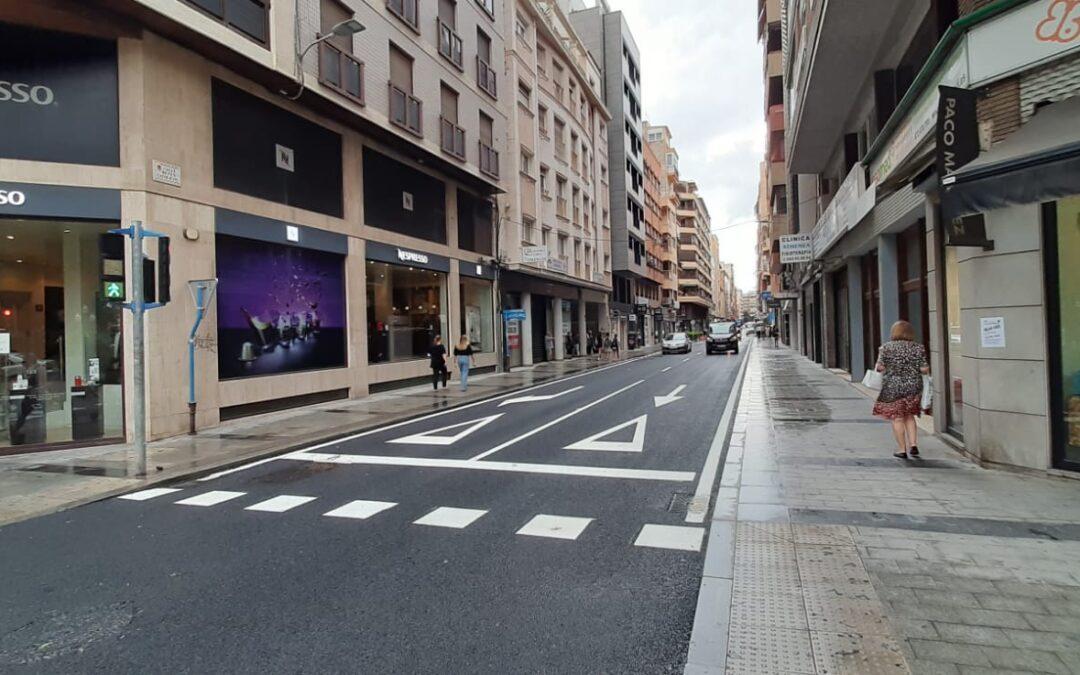 La calle Reyes Católicos se reabre al tráfico tras la renovación del colector de aguas