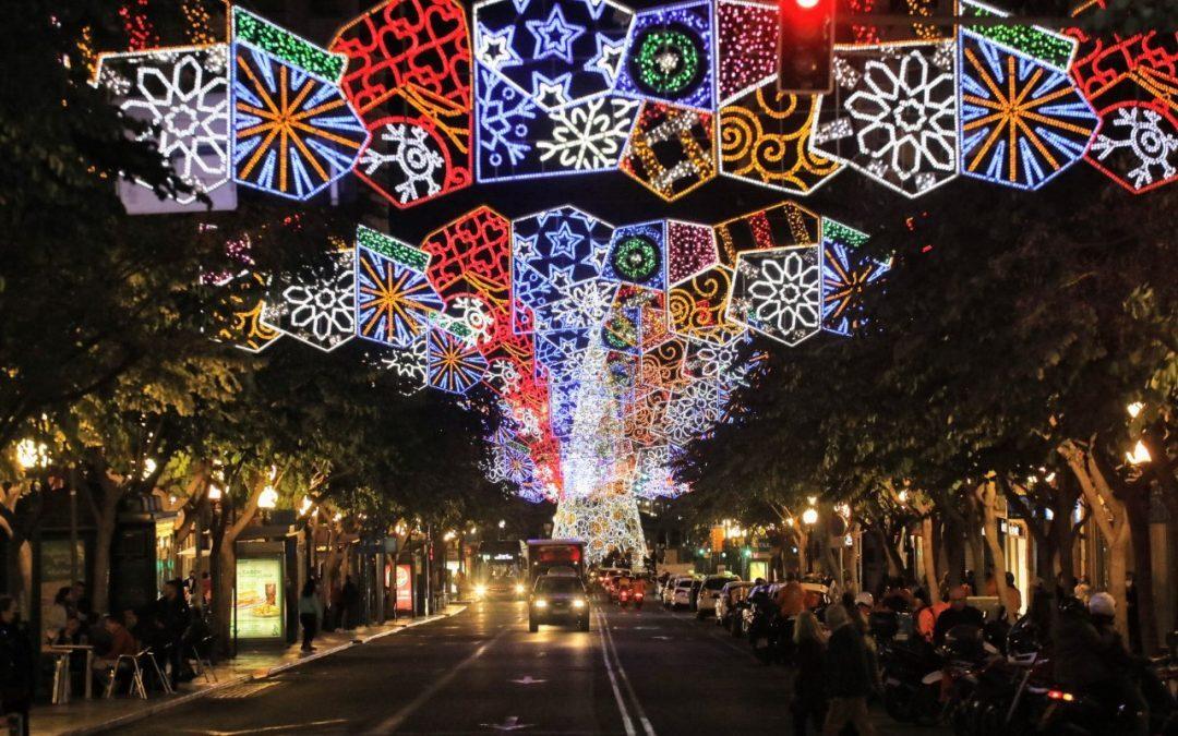 Alicante comienza a instalar la iluminación de Navidad con 870 arcos y guirnaldas